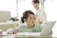 タブレットPCを見ながら勉強をする女の子