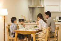 夕食を食べる家族 10367009314  写真素材・ストックフォト・画像・イラスト素材 アマナイメージズ
