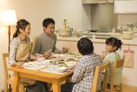 夕食を食べる家族