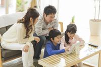 タブレットPCを楽しむ家族