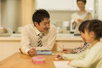 子供たちの勉強を見る父親 10367009470| 写真素材・ストックフォト・画像・イラスト素材|アマナイメージズ