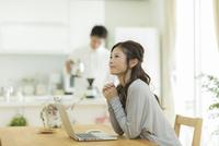 テーブルでパソコンをする女性