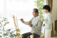 絵画をして楽しむシニア夫婦 10367009697| 写真素材・ストックフォト・画像・イラスト素材|アマナイメージズ