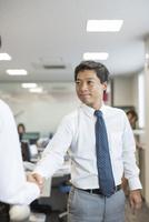 握手をするビジネスマン 10367009732| 写真素材・ストックフォト・画像・イラスト素材|アマナイメージズ