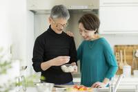キッチンで調理をするシニア夫婦 10367009961| 写真素材・ストックフォト・画像・イラスト素材|アマナイメージズ