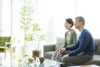 ソファーに座るシニア夫婦 10367010113| 写真素材・ストックフォト・画像・イラスト素材|アマナイメージズ