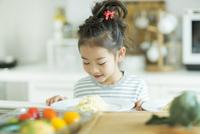 料理をみて微笑む女の子