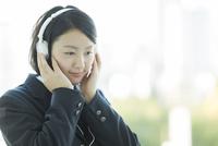 ヘッドフォンで音楽を聴く女子校生