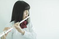 フルートを吹く女子校生