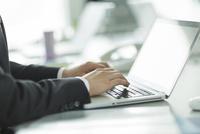 パソコンをするビジネスマンの手元 10367010436| 写真素材・ストックフォト・画像・イラスト素材|アマナイメージズ