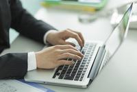 パソコンをするビジネスマンの手元 10367010438| 写真素材・ストックフォト・画像・イラスト素材|アマナイメージズ