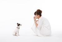 白いワンピースの女性と犬