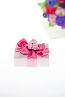 花束とプレゼント 10370000615| 写真素材・ストックフォト・画像・イラスト素材|アマナイメージズ