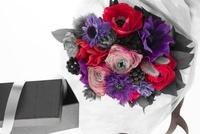 花束と箱 10370000726| 写真素材・ストックフォト・画像・イラスト素材|アマナイメージズ