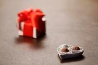 チョコレートとギフトボックス 10370000732| 写真素材・ストックフォト・画像・イラスト素材|アマナイメージズ
