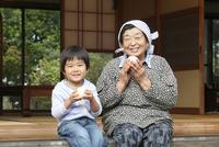 縁側の祖母と孫