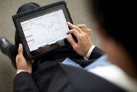 タブレットPCを操作するビジネスマン 10373000092  写真素材・ストックフォト・画像・イラスト素材 アマナイメージズ