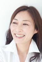 微笑む中年女性