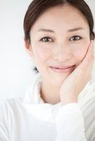 片手をほほにあて微笑む中年女性 10373002557| 写真素材・ストックフォト・画像・イラスト素材|アマナイメージズ