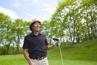 新緑とゴルファー 10373004330| 写真素材・ストックフォト・画像・イラスト素材|アマナイメージズ