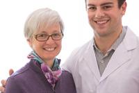 肩を抱く患者と医者
