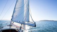 夜明けの海を走るヨット 10373007727| 写真素材・ストックフォト・画像・イラスト素材|アマナイメージズ