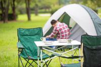 キャンプをする青年