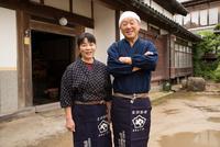 笑顔の醤油造り職人夫婦