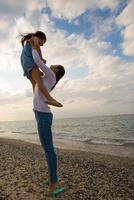 娘を抱き上げる母親 10373014509| 写真素材・ストックフォト・画像・イラスト素材|アマナイメージズ