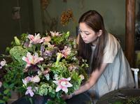 花屋で花をアレンジする女性