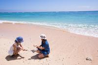 サンゴを拾う女性たち 10373016163| 写真素材・ストックフォト・画像・イラスト素材|アマナイメージズ