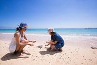サンゴを拾う女性たち 10373016165| 写真素材・ストックフォト・画像・イラスト素材|アマナイメージズ