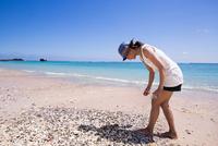 サンゴを拾う女性 10373016232| 写真素材・ストックフォト・画像・イラスト素材|アマナイメージズ