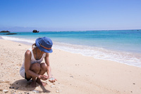 サンゴを拾う女性 10373016237| 写真素材・ストックフォト・画像・イラスト素材|アマナイメージズ