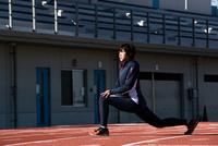 準備運動する女性 10373016957| 写真素材・ストックフォト・画像・イラスト素材|アマナイメージズ
