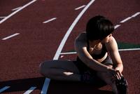 準備運動する女性 10373016998| 写真素材・ストックフォト・画像・イラスト素材|アマナイメージズ