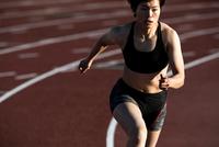 走る女性 10373017005| 写真素材・ストックフォト・画像・イラスト素材|アマナイメージズ