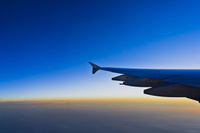 機中より朝焼け 10376009132| 写真素材・ストックフォト・画像・イラスト素材|アマナイメージズ