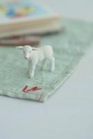 羊のミニチュアと絵本