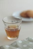 お茶が入ったグラスとマドレーヌ