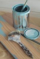 ペンキ缶とハケ