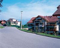 道路と住宅地 10381000001| 写真素材・ストックフォト・画像・イラスト素材|アマナイメージズ