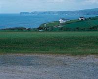 海岸の草原と岬の家