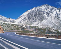 雪山を望む道 10381000048| 写真素材・ストックフォト・画像・イラスト素材|アマナイメージズ