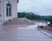 石造りの階段とテラス 10381000145| 写真素材・ストックフォト・画像・イラスト素材|アマナイメージズ