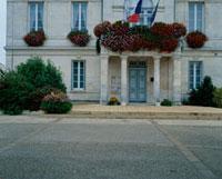 国旗を掲げる石造りの建物