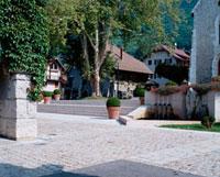 石畳の広場と教会