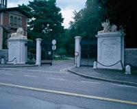 道路沿いの門柱と2体の彫像
