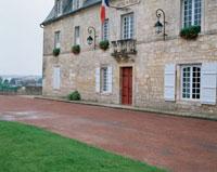 国旗を掲げる石造りの建物と道