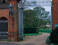 レンガ造りの門と中へ続く小道 10381000417| 写真素材・ストックフォト・画像・イラスト素材|アマナイメージズ